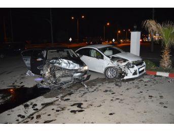İki Araba Kafa Kafaya Çarpıştı, 2 Kişi Yaralı