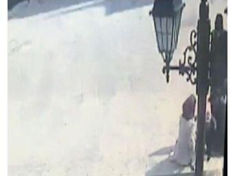 İranlı Kadın Kucağındaki Bebeğiyle Cami Bahçesinde Uyuşturucu Satarken Yakalandı