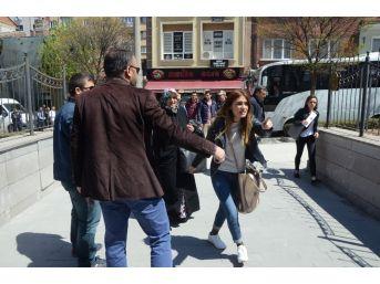 Fetö Şüphelilerinin Yakınları Basın Mensuplarına Saldırdı