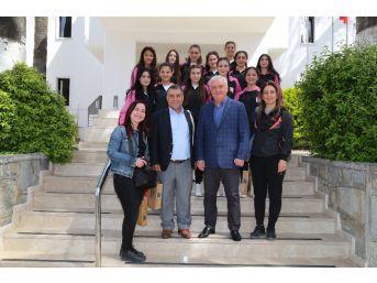 Kıbrıs Kız Hentbol Takımı Bodrum Belediyesi'ni Ziyaret Etti