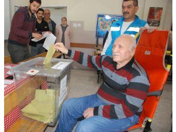 Tokat'ta Yatalak Hasta Sedyede Oy Kullandı