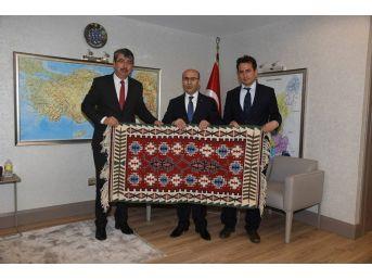 Kozan Hem'den Vali Demirtaş'a Yöreye Özgü Kilim