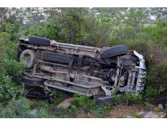 Uçuruma Yuvarlanan Kamyonet Ağaçlara Takılı Kaldı: 2 Yaralı