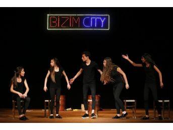 Roman Gençler Tiyatro Oyunu Sahneledi