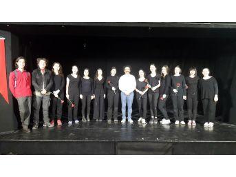 İzmek'in Tiyatro Kursiyerleri Büyük Alkış Topladı