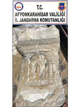 Halı Altına Gizlenmiş Roma Dönemine Ait Mezar Steli Ele Geçirildi