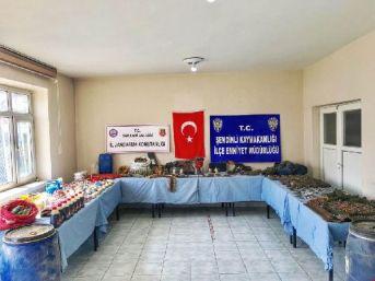 Şemdinli'de Pkk'nın Silah Ve Mühimmatları Ele Geçirildi