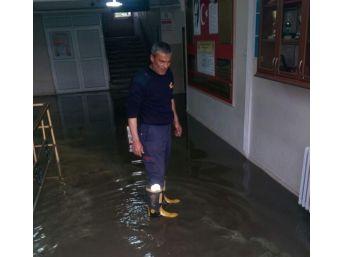 Şiddetli Yağış Nedeniyle Okulu Su Bastı