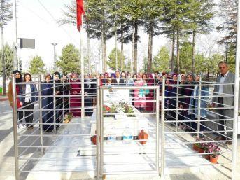 Üniversiteli Öğrenciler Şehit Ömer Halisdemir'in Mezarını Ziyaret Etti