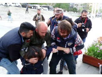 Taksim'de Pankart Açan İki Kadın Gözaltına Alındı