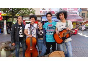 Lise Öğrencileri Sokak Müziğiyle İlgi Odağı Oldu