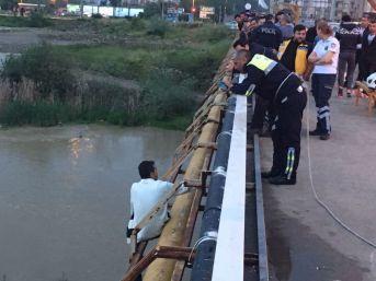 Köpründen Irmağa Atladı, İtfaiye Ekipleri Kurtardı