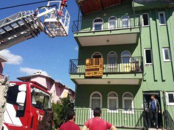 Evde Bırakılan 2 Çocuk Mutfakta Yemek Yaparken Yangın Çıktı