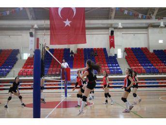 Yıldız Kızlar Voleybol Grup Birinciliği Müsabakaları Karabük'te Başladı