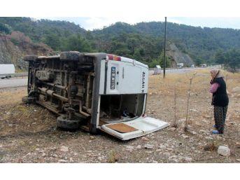 Kemer'de Işçi Minibüsü Devrildi: 5 Yaralı