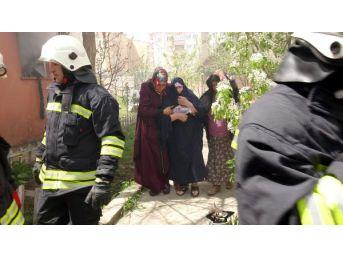 Evde Çıkan Yangında Anne Ile Kızı Ölümden Döndü
