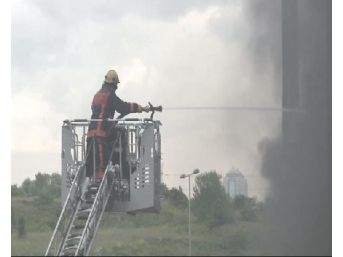 İkitelli'de Tem Otoyolu Yakınındaki Yağ Deposunda Yangın Çıktı(Geniş)