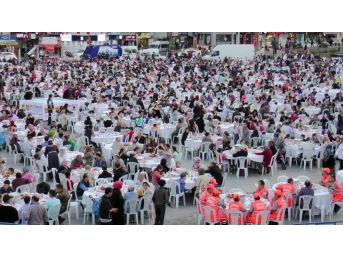 Zeytinburnu Meydanı'nda Binlerce Kişi İftar Sofrasında Buluştu