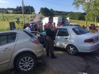 Kocaeli'de İki Otomobil Kafa Kafaya Çarpıştı: 4 Yaralı