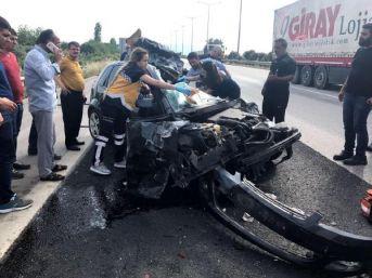 Otomobil, Tır'a Arkadan Çarptı: 1'i Ağır, 2 Yaralı