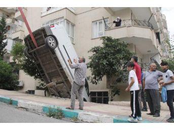 Sürücüsünün El Frenini Tam Çekmediği Minibüs Bahçeye Düştü