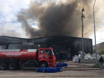 Uşak'taki Büyük Fabrika Yangını Devam Ediyor
