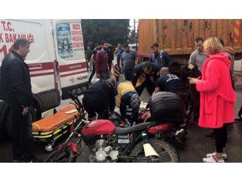 Düzce'de Motosiklet Kamyona Çarptı: 3 Yaralı