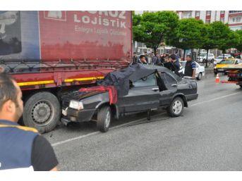 Otomobil Kırmızı Işıkta, Tır'a Arkadan Çarptı: 2 Ölü, 2 Yaralı