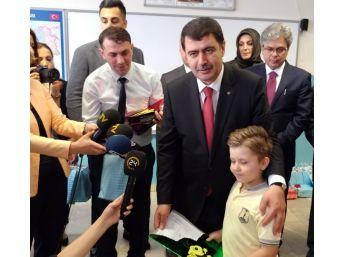 Çocuklar Karnelerini İstanbul Valisi Vasip Şahin'in Elinden Aldı