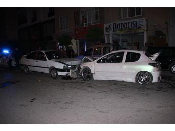 Karaman'da İki Otomobil Kafa Kafaya Çarpıştı: 9 Yaralı