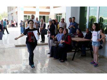 Saniye Farkı Ile Kapanan Sınav Kapısı, Bina Önündekilerin Israrıyla Açıldı