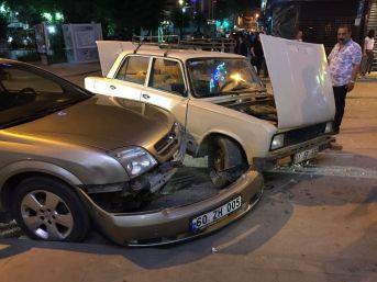 Bilecik'te Zincirleme Trafik Kazası; Biri Park Halinde 3 Araç Birbirine Girdi