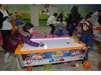Çocuklar Pıtırcık Kapalı Çocuk Oyun Evi'nde Eğleniyor