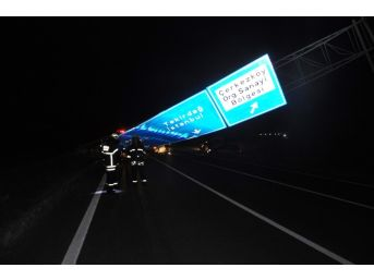 Lüks Otomobil Yön Tabelasına Çarptı: 7 Yaralı