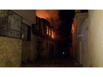 Kuşadası'nın Eski Evleriyle Ünlü Camiatik Mahallesi'nde Yangın