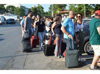 Tatilciler Ege'nin Karşı Yakasına Gitmek Için Sıraya Girdi