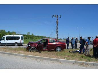 Adilcevaz'da İki Otomobil Kafa Kafaya Çarpıştı: 2 Yaralı