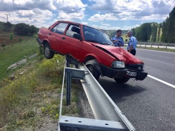 Otomobil Bariyerlere Çıktı