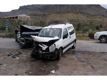 Gümüşhane'de İki Araç Kafa Kafaya Çarpıştı: 6 Yaralı