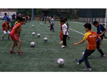 (özel Haber) Hakkari'de Okul Bahçeleri Spor Salonuna Dönüştü