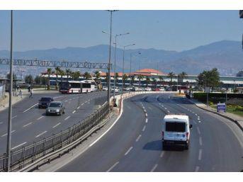 İzmir'de Meydanlar Ve Yollar Tenha, Sahiller Ve Havuzlar Doldu