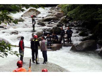 Nehir, Dereye Düşen Lastik Ayakkabısını Almak Isterken Düştüğü Suda Kayboldu