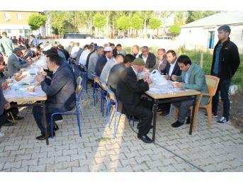 Çaldıran Belediyesinden Bayram Namazı Sonrası Vatandaşlara 'gırar Sıbe' İkramı
