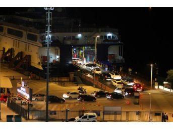 Bandırma Feribot Iskelesinde Tatil Dönüş Kuyruğu