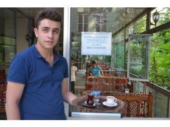 Şekersiz Çay İçen Müşterilerine Kahve İkram Ediyor