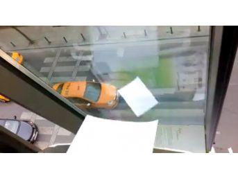 Taksim'de Otel Odasındaki Bildiri Makinesinin Dağıtım Anı Kamerada