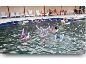 Emet'te Bayanlar Yüzme Öğreniyor