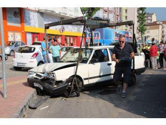 Otomobil, Park Halindeki Araçlara Çarptı: 1 Yaralı