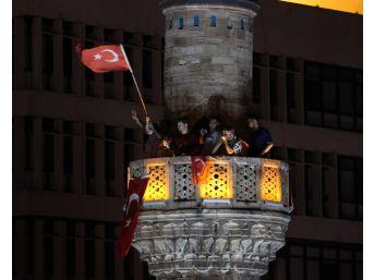 Ellerinde Bayrak Minareye Çıktılar, Selaya Eşlik Ettiler