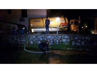 Sapanca Gölü'nü Besleyen Dereye Araç Devrildi, Sızan Yakıt Temizlendi